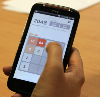 Zahlenschieben auf braunem Hintergrund: 2048 hat Quizduell als beliebtestes kostenloses Spiel im Playstore verdrängt. Foto: Tasja Demel