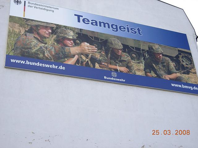 Ein Werbeplakat der Bundeswehr. Foto: Bundeswehr - Werbeplakat / Ad for German Army by tellmewhat2 is licensed under CC BY-NC-SA 2.0 flickr.com