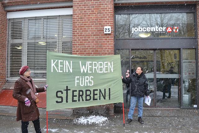 Proteste gegen das Werben für den Beruf des Soldatens. Foto: Protest: Kein Werben fürs Sterben! vor dem JobCenter Mitte by UweHiksch is licensed under CC BY-NC-SA 2.0 auf flickr.com