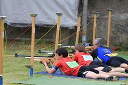 Mit hoher Konzentration liegen die Sportler am Schießstand.