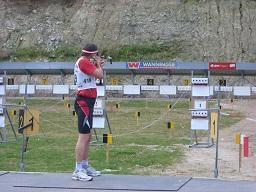 Richard Langebahn  nimmt bei einem Wettkampf die Ziele ins Visier.