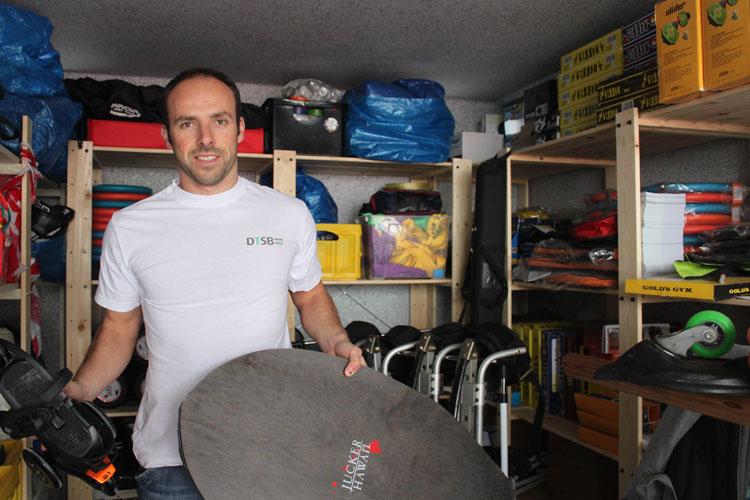 Bastian Kunz im Trendsport-Paradies: In seiner Garage in Kassel-Fasanenhof lagern die Trends. An Stellfläche für das Auto ist hier nicht zu denken.