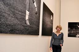 Fotografin Regina Schmeken steht hier in der Ausstellung vor zwei ihrer Werke. Foto: Stefanie Kleemann