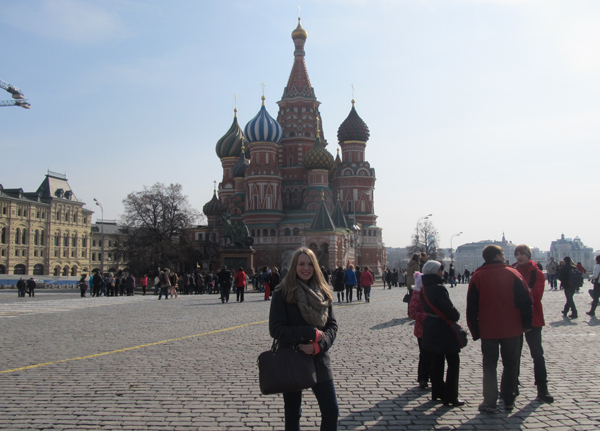 Janina vor der Basilius-Kathedrale in Moskau.