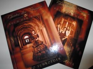 Infos zu Regeln und Häusern gibt es in diesen zwei Büchern. Foto: Lisa Tüch