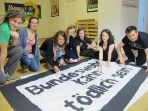 Bei den Treffen der Grünen Jugend ist auch kreativer Einsatz gefragt - zum Beispiel beim Bannermalen. Foto: Linus Busch
