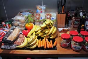 Nur etwa eine Stunde hat es gedauert, all das aus den Mülleimern von Supermärkten zu holen. In der Küche seiner Mutter putzt Schmitt die Lebensmittel. (Foto: Teresa Bechtold)