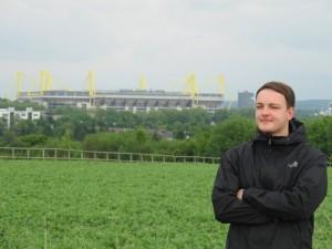 Im Hintergrund der Lieblingsplatz: Als BVB-Fan ist Julian in Dortmund am liebsten im Westfalenstadion. Foto: Linus Busch