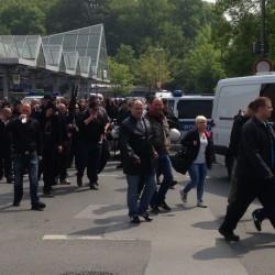 Dunkel gekleidet marschieren die Nazis durch Dortmund.