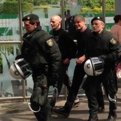 Nazis werden von der Polizei begleitet.