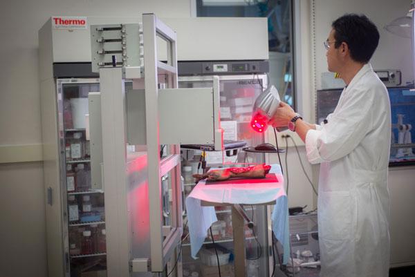 Jaehyun Kim bedient einen Scanner, der Größe und Tiefe der Wunde misst. (Foto: Wake Forest Baptist Medical Center)