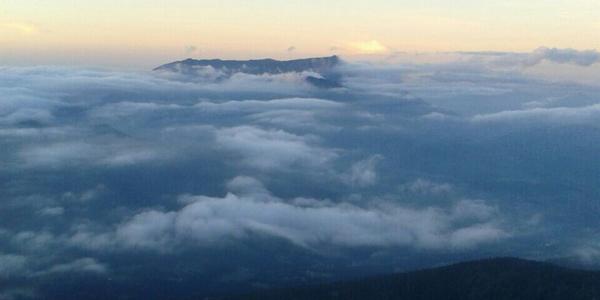 Bildet sich direkt an den Hängen: Alpennebel in den Bergen Foto: Katharina Schmitz