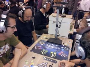 Neu von Ravensburger: Smart Play, hier unterstützt das Smartphone das Spiel Foto: Bettina Ansorge