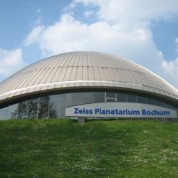 Die Kuppel des Planetariums harmoniert mit dem Hügel, auf dem sie steht.