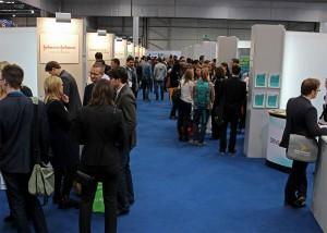 Auf Kontaktmessen wie der konaktiva in Dortmund werben Unternehmen um Studenten. Nur für Geisteswissenschaftler gibt es hier kaum ein Angebot. Fotos: Tobias Lawatzki