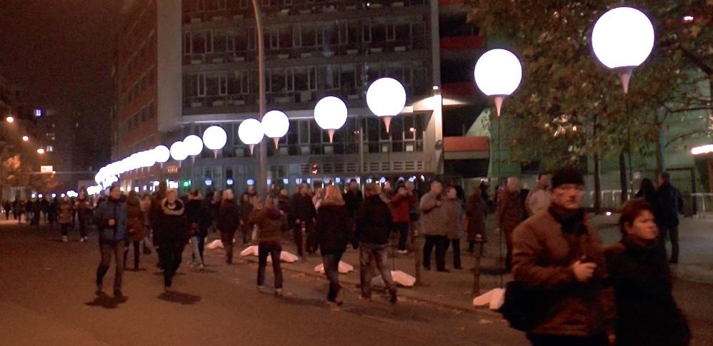 Leuchten Ballons in Berlin und Menschen.