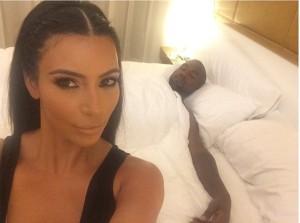 Kein Ort ist zu privat für Selfies: Kim Kardashian und Ehemann Kanye West. (Foto: instagram.com/KimKardashian)