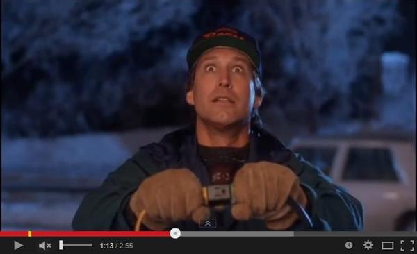 """""""Und es werde Licht"""". Clark ist dabei, die Weihnachtsbeleuchtung zu installieren. (Foto: Screenshot YouTube-Kanal MovieDeluxe)"""