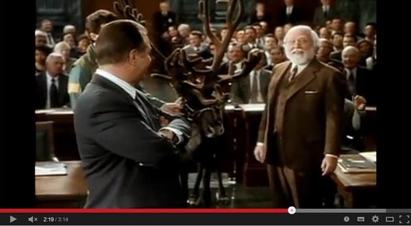Ist er nun der echte Weihnachtsmann oder nicht? Kriss Kringle muss vor Gericht. (Foto: Screenshot YouTube-Kanal TheTrailersPark)