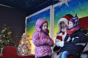 Der Weihnachtsmann hört täglich vielen Kindern zu.