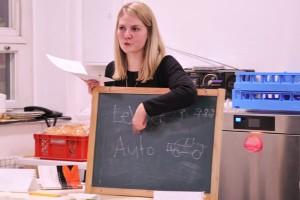 Ihre Deutschstunde hält Anna Gerlach in einem improvisierten Klassenraum. Er ist zugleich die Heimküche. Foto: Andreas Neuhaus