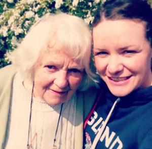 Eine Mädchen macht von sich und ihrer Oma ein Selfie.