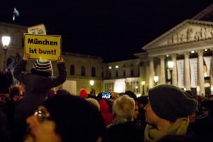 """Bei einer Demonstration für Vielfalt hält ein kleines Kind ein Plakat mit der Aufschrift """"München ist bunt!"""" hoch."""