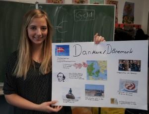 Sine Thomsen zeigt eines der Plakate, das sie mit den Schülern gebastelt hat. Foto: Bettina Ansorge