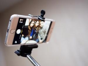 """Ein Smartphone an einer Stange, für Aufnahmen mit einem """"verlängerten Arm""""."""