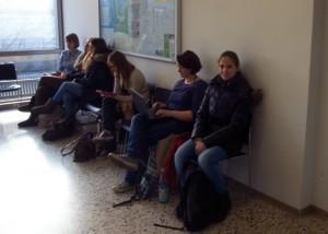 Warten auf die Studienberatung: Larissa gesellt sich zu anderen Studieninteressierten.