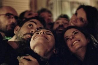 Eine Menschengruppe nimmt ein Foto mit dem Smartphone auf