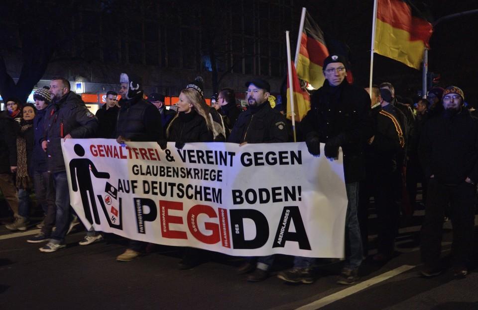 Pegida-Demonstranten in DresdenMit einem wilden Ideologie-Mix zieht Pegida Anhänger aus allen Teilen der Gesellschaft an. Links am Banner Pegida-Initiator Lutz Bachmann. Foto und Teaserfoto: flickr.com/Caruso Pinguin