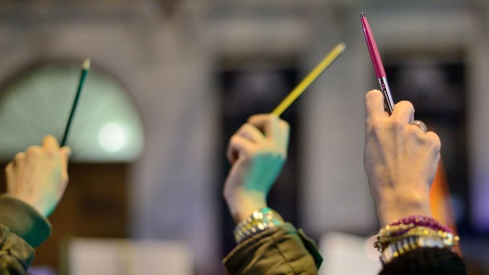 """Zum Gedenken an """"Cherlie Hebdo"""" ausgestreckte Bleistifte."""