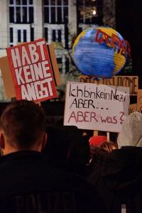 """Schilder bei der Pegida-Gegendemo: """"Habt keine Angst"""", """"Ich bin kein Nazi. Aber... Aber was?"""""""