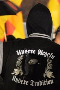 Rechter Demonstrant in Düsseldorf von hinten. Aufschrift auf der Jacke: Unsere Regeln unsere Tradition.