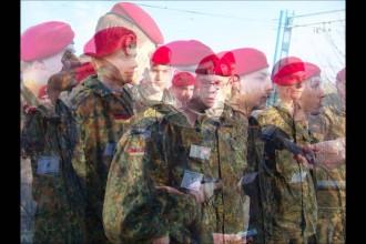 Soldaten bringen Brücke zum Schwingen