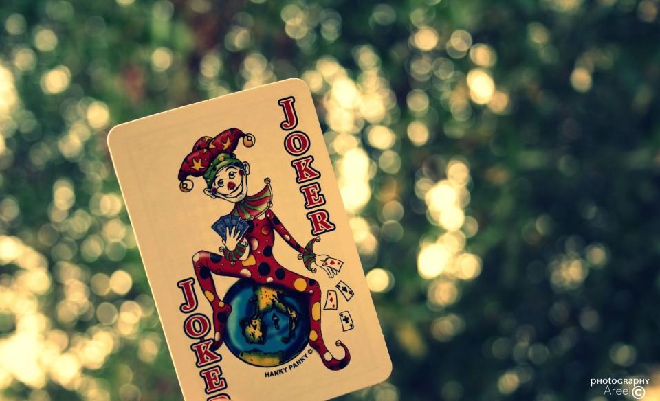 """Im Film """"The Dark Knight"""" will der Joker die Welt rächen. An seinen Tatorten lässt er Spielkarten zurück. Foto: https://www.flickr.com/photos/cutenessareej"""