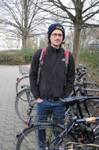 Tobias (29) fährt gerne - aber nur mit Helm.  Foto: Kristina Gerstenmaier