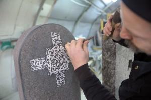 In Stein gemeiselt - der QR-Code auf dem Grabstein. Foto: Andreas Rosenkranz