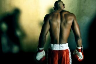 Ein Boxer ist der Kamera mit dem Rücken zugewandt. Foto: Flickr.com/ElMart