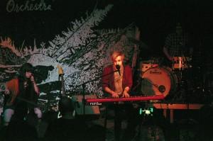 Ofelia und Einar auf der Bühne. Gemeinsam mit den anderen drei Musikern harmonieren sie hervorragend.
