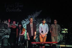 Die fünf Jungs und Mädels vom Einar Stray Orchestra gestern Abend im FZW.