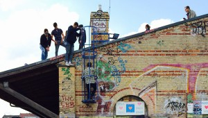 Menschen auf dem Dach im Görlitzer Park