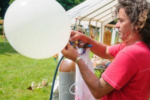Eigentlich füllt man Helium in Ballons. Wer das Gas einatmet, sollte aufpassen. Foto: Flickr/Ken Owen