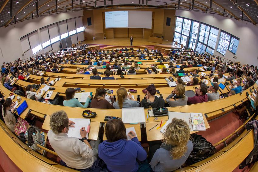 Großer, gefüllter Vorlesungssaal