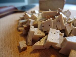 Gehackter Räuchertofu macht sich gut in vegetarischen Bolognese-Soßen oder im Salat. Foto: Franziska Lehnert