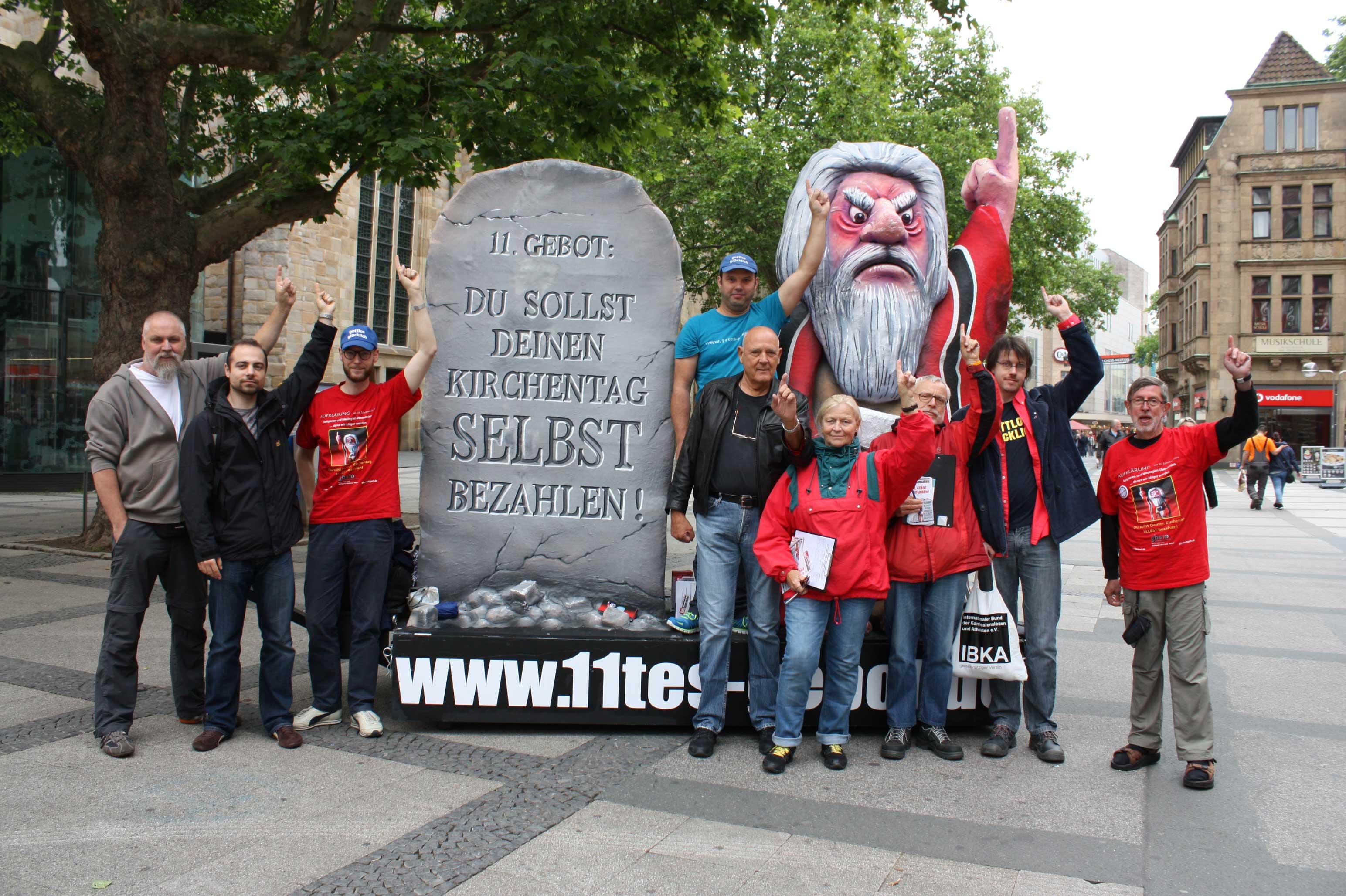Die Initiatoren der Aktion 11. Gebot protestieren vor der Reinoldikirche. (Foto: Selina Dicke)