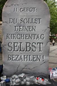 Mit dieser Tafel demonstieren die Aktionsgruppe gegen die Verschwendung von Steuergeldern.  (Foto: Selina Dicke)