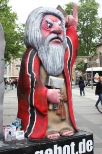 Die Moses Statue aus Pappe und Gips ziert die Dortmunder Innenstadt. (Foto: Selina Dicke)