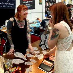 Anne im Gespräch mit einer Kundin auf der DoCon. (Foto: Anne Schubert)